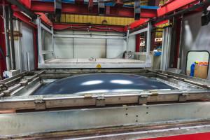 thermoformage plastique - montee du moule et application contre la matiere plastique devenue molle